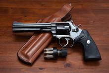 Revolver, Holster Und Patronen...