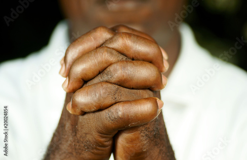 Fotomural fingers of afro man clasped in front of his body