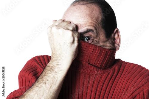 homme caché sous son pull rouge peur Canvas Print