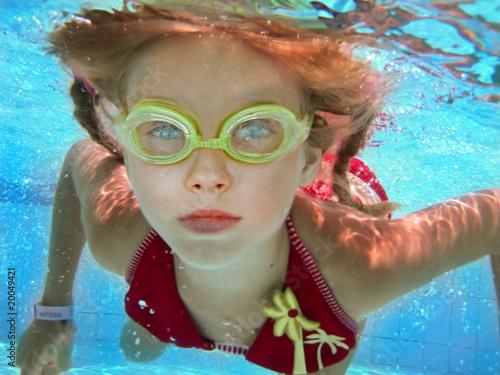 Foto op Aluminium Carnaval Child girl swim underwater in swimming pool.