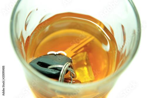 kluczyki-do-samochodu-w-kubku-whisky