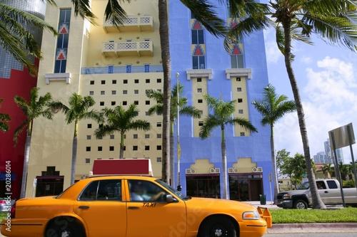 zolta-taksowka-z-budynkami-na-florydzie-w-miami-beach