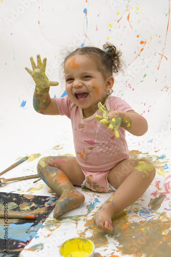 Photo  Joie de jouer avec la peinture