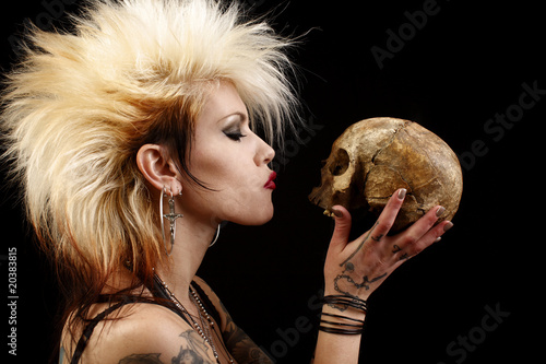Photo  A sexy punk rocker woman holding a human skull.