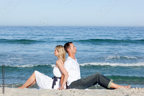 Foto op Aluminium Ontspanning Loving couple sitting on the sand
