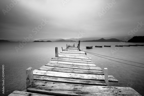Plakaty szare  looking-over-a-pier-and-boats-black-and-white