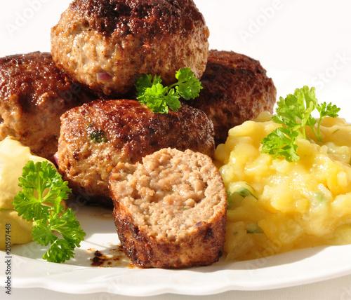 Fototapeta Fleischpflanzerl mit Kartoffelsalat