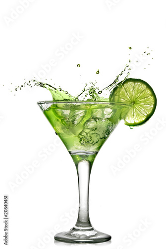 Poster Eclaboussures d eau Green alcohol cocktail with splash and green lime isolated
