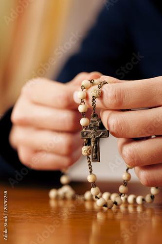 Carta da parati Woman praying with rosary to God