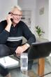 Homme senior discutant au téléphone portable