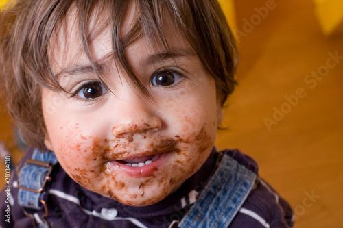 Photo bambino sporco di cioccolato