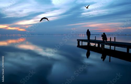 Tuinposter Pier turistas en el lago