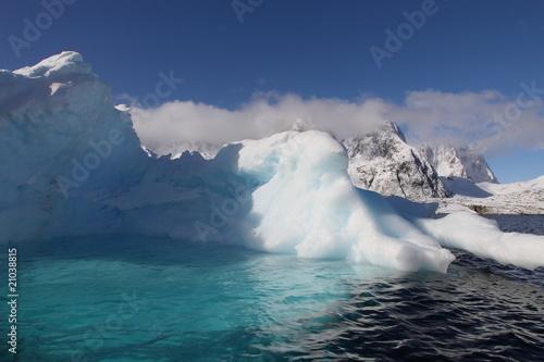 gora-lodowa-z-basenem-w-antarctica-widziec-od-zeglowania-lodzi