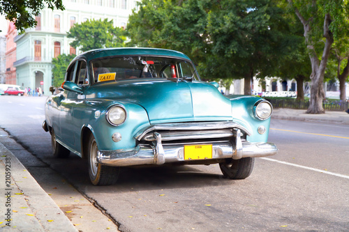 Poster Voitures de Cuba Metallic green oldtimer car in the streets of Havana