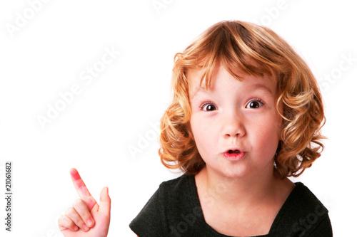 Photo enfant marrant qui présente quelque chose