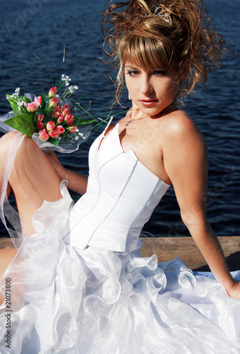 Tablou Canvas Charming bride relaxing on the sun