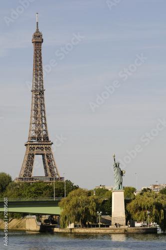 Aluminium Prints Paris Tour Eiffel et statue de la Liberté