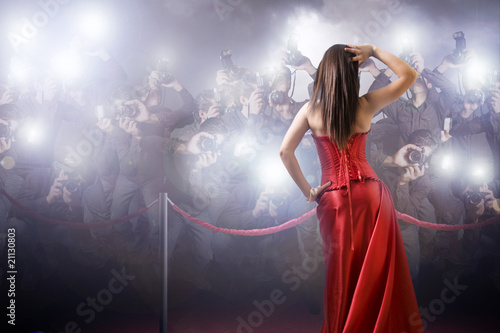 Obraz famous woman posing in front of paparazzi - fototapety do salonu
