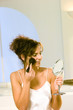 canvas print picture - Frau mit Schminkpinsel tupft Gesicht