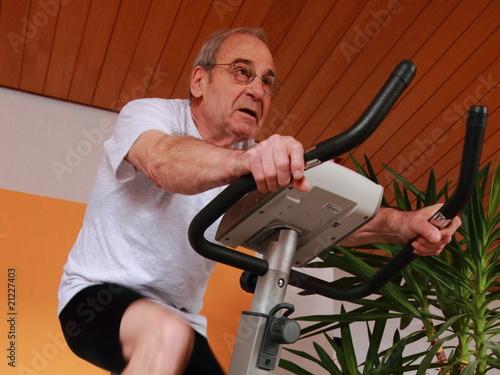 Fotografie, Obraz  Senior auf dem Heimtrainer