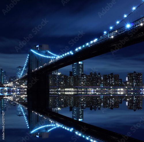 Foto-Flächenvorhang - Brooklyn Bridge and Manhattan Skyline At Night, New York City (von Joshua Haviv)