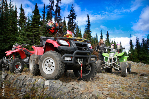 Fotografia Group of quadbikes parked on top of a mountain