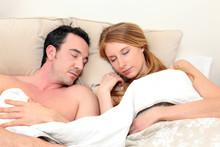 Couple Dormant Paisiblement