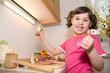 Mädchen in der Küche beim kochen