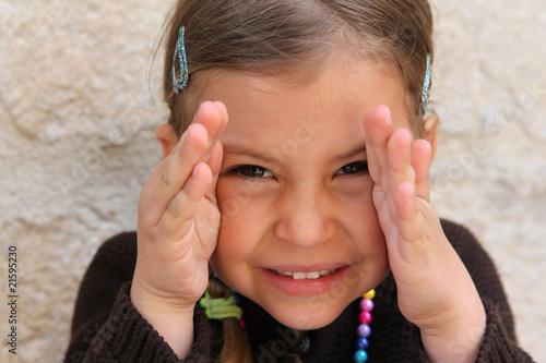 Fotografia, Obraz  A young girl playing a game of peek a boo