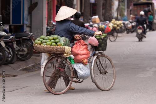 Fototapeta Straßenverkäuferin in Hanoi Vietnam obraz na płótnie