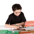 bambino che scrive i compiti a scuola