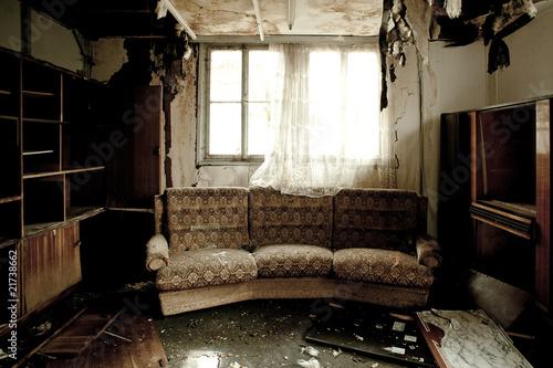 Fotografía  Blick in ein ausgebranntes Zimmer mit Sofa