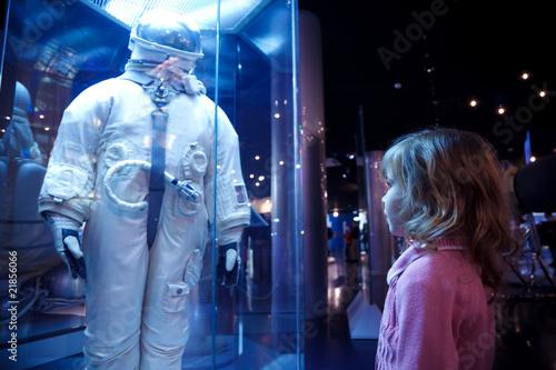 Valokuvatapetti Girl In an astronautics museum