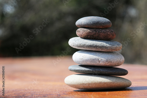 Photo Stands Stones in Sand Turm in Balance