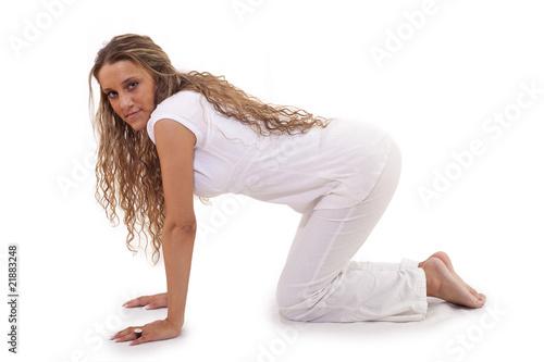 Junge Frau bückt sich Stock-Foto   Adobe Stock