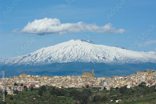 Fényképezés  View Of Sicilian Village and Volcano Etna