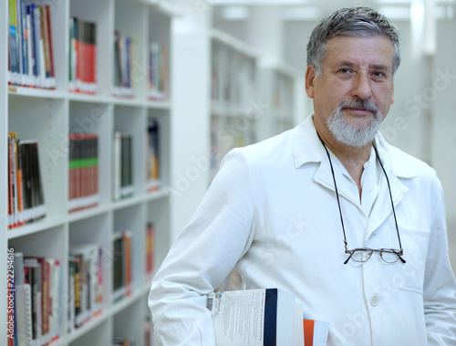 Fotografía  Renowned scientist/doctor in a library of research center/hospit