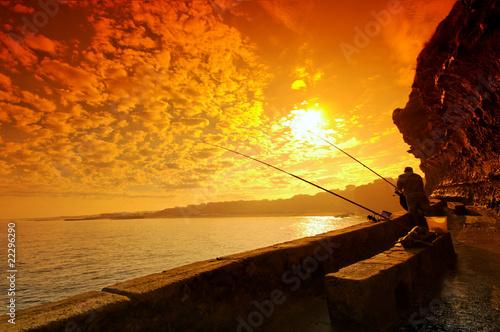 Foto op Plexiglas Bruin pêcheurs sur falaise à biarritz