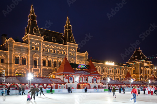Photo skating-rink on red square in moscow at night. GUM trading house