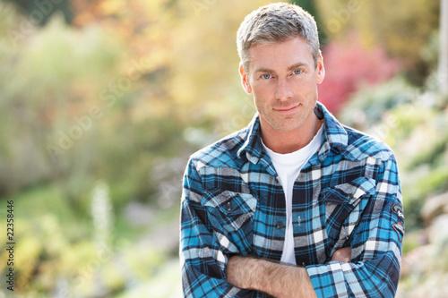 Fotografia  Portrait Of Man Standing Outside In Autumn Landscape