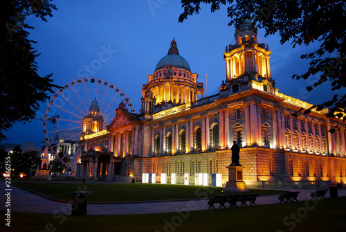 Obraz na plátně Belfast City Hall and Belfast Eye at dusk.