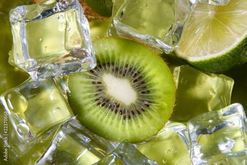 Poster Dans la glace fresh kiwi with ice