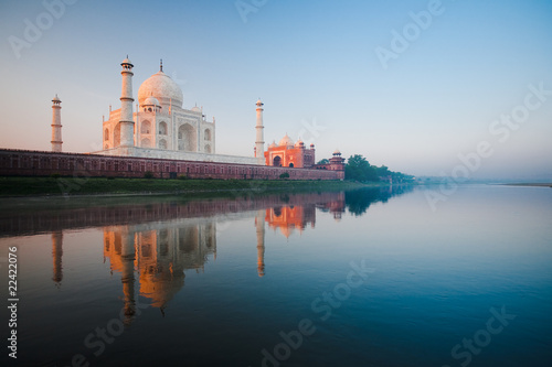 Fotobehang India Sunrise at Taj Mahal on Jamuna river