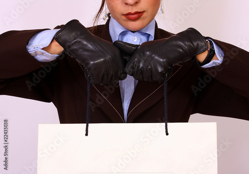 Photo  Gloved hands holding a paper bag