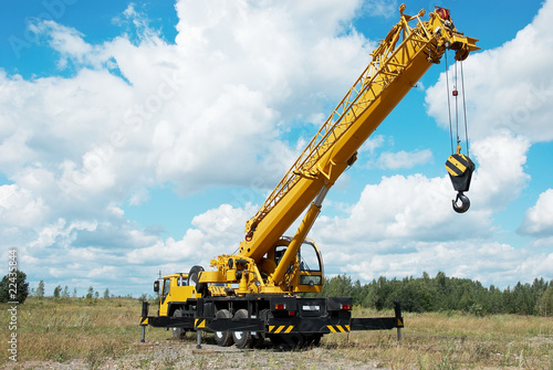 Платно mobile crane with risen boom outdoors
