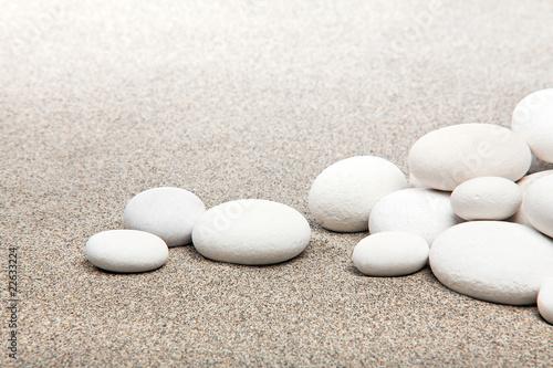 Photo sur Plexiglas Zen pierres a sable Ambiance zen - pierres blanches et sable