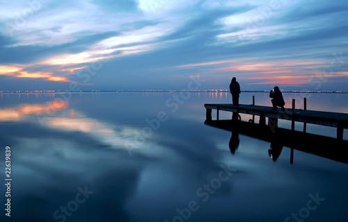 Tuinposter Pier turistas en el agua