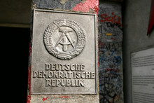 Alte DDR-Plakette Am Checkpoint Charlie In Berlin