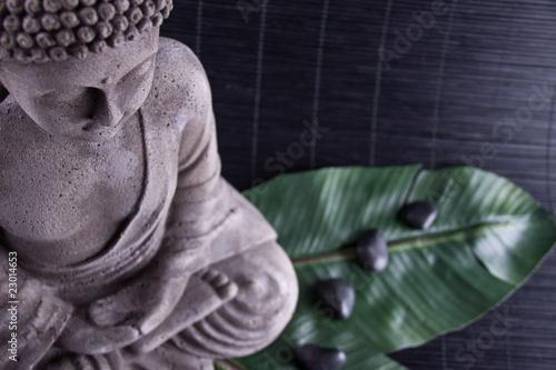 Foto op Plexiglas Boeddha Buddha auf Bananenblatt und Massage Steine