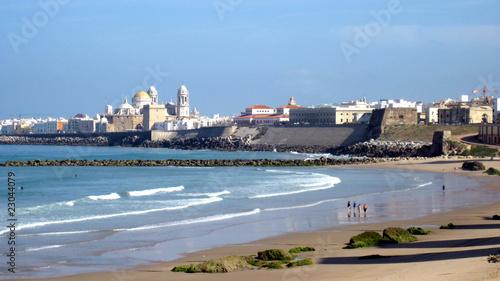 Catedral de Cádiz desde la playa de Santa María del Mar